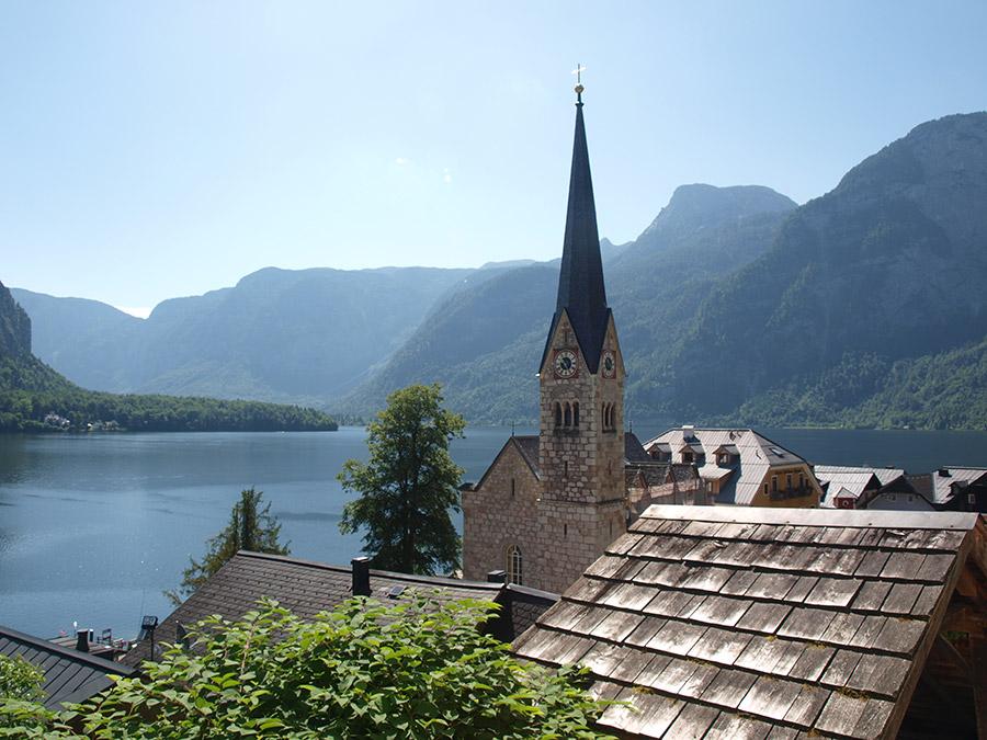 Ausblick zum See über den Dächern von Hallstatt