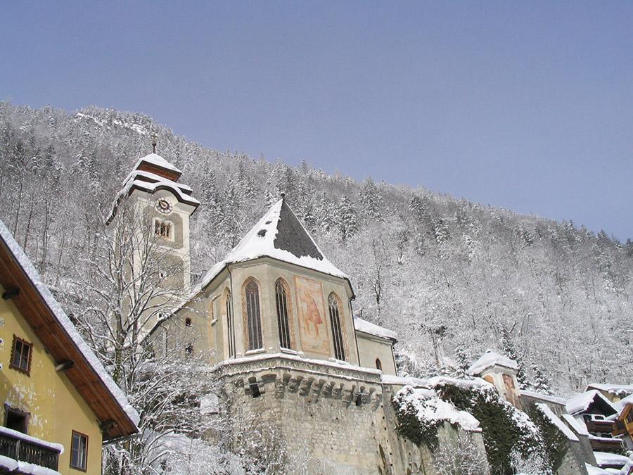 Verschneite Kirche in Hallstatt